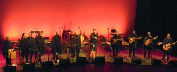 Los 11 integrantes del Quilapayún-Carrasco por primera vez juntos en un escenario. © Víctor Tapia