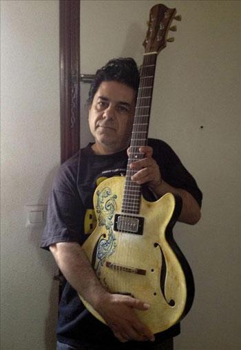 Luis Martín líder de la veterana banda de rock «Lobos Negros» muestra la guitarra de cerámica.