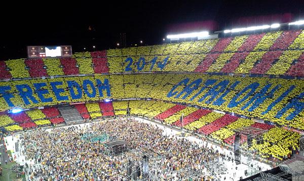 En la mitad del concierto se desplegó un mosaico con la leyenda «Freedom Catalonia 2014», fecha en la que se pretende realizar el referéndum coincidiendo con el 300 aniversario de la pérdida de la independencia política. © Xavier Pintanel