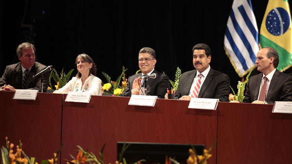 Cecilia Todd en la mesa de la Misión Mercosur, en el Teatro Nacional de Caracas, junto al presidente de Venezuela Nicolás Maduro (segundo por la derecha). © Álex Guzmán/AVN