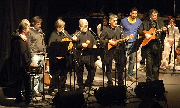 Los miembros del elenco europeo de Quilapayún-Carrasco invitaron a sus compañeros chilenos para interpretar «La muralla». © Víctor Tapia