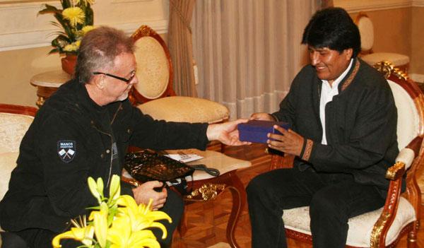 El presidente de Bolivia Evo Morales con León Gieco. © ABI