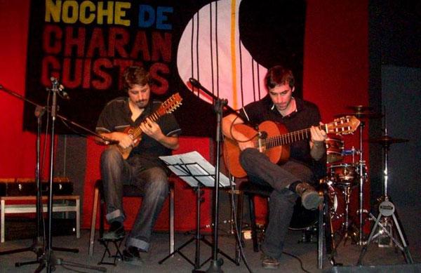 Juan Gau (guitarra) y Patricio Sullivan (charango) son los anfitriones de cada concierto. © Hugo Rodríguez Vilela