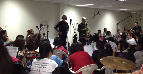 León Gieco grabó su clásica canción Cinco siglos igual con la Orquesta Folclórica Infanto Juvenil de Morón sur.