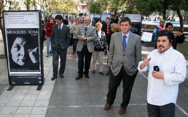Fabián Matus (izquierda) en la inauguración de la muestra fotográfica en homenaje a Mercedes Sosa. © Prensa Gobierno de Tucumán