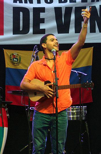 José Alejandro Delgado con su cuatro. © Xavier Pintanel
