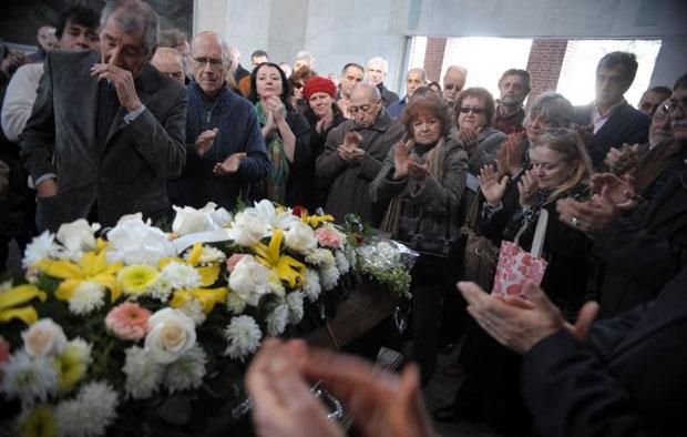 Familiares y amigos despidieron a Don Eduardo Falú en el cementerio de la Chacarita. © Analia Garelli/Télam