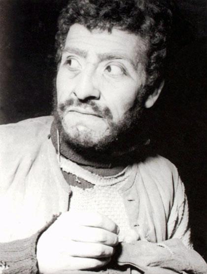Víctor Jara en el papel de Bubnow en «Los bajos fondos» (1958) de Máximo Gorki.