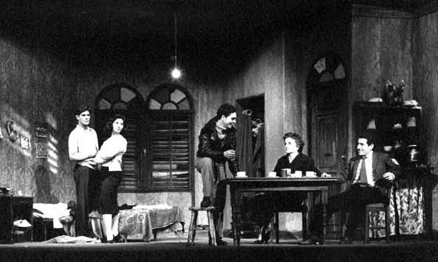 Víctor Jara a la derecha en «Parecido a la felicidad» (1959) de Alejandro Sieveking. Los dos comparten escenario con Bélgica Castro, Lucho Barahona y Miriam Benovich.