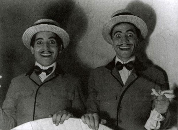 Víctor Jara junto a Mario Sales en «El sombrero de paja de Italia» (1956) de Eugenio Labiche.