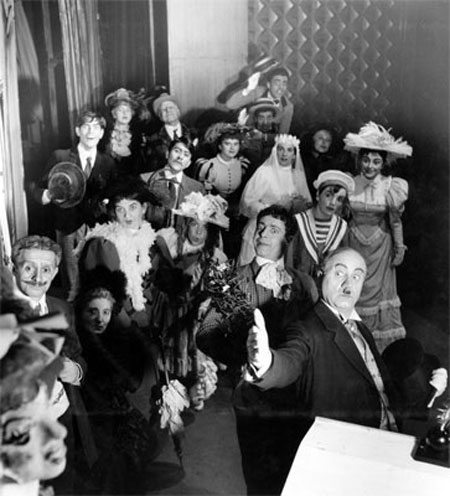 El elenco de «El sombrero de paja de Italia» (1956) de Eugenio Labiche. Víctor Jara al fondo.