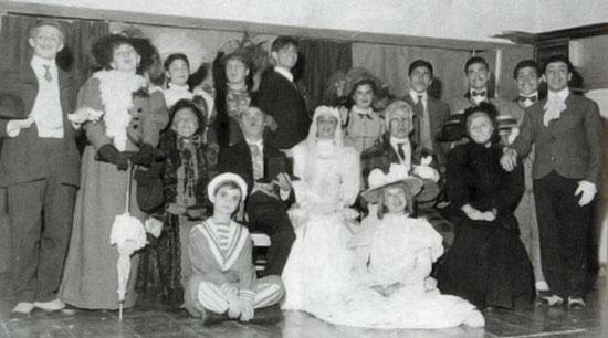 El elenco de «El sombrero de paja de Italia» (1956) de Eugenio Labiche. Víctor Jara es el segundo por la derecha.