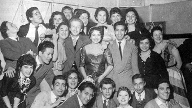 Estudiantes de la Escuela de Teatro de la Universidad de Chile en 1956. Víctor arriba a la izquierda.
