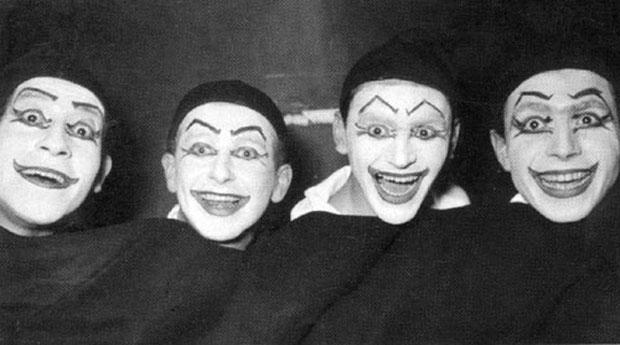 Prueba de maquillaje para «La verdad sospechosa» (1958) de Juan Ruiz de Alarcón. De izquierda a derecha: Víctor Jara, Jaime Silva, no identificado y Tomás Vidiella.