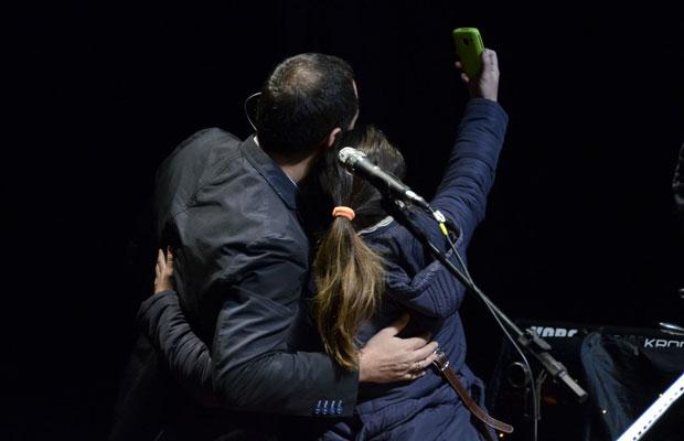 Una «desubicada» fan retratándose con Ismael Serrano en el escenario. © Kaloian Santos Cabrera