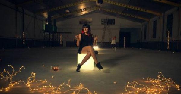 Fotograma del vídeo «Comiéndote a besos» de Rozalén.