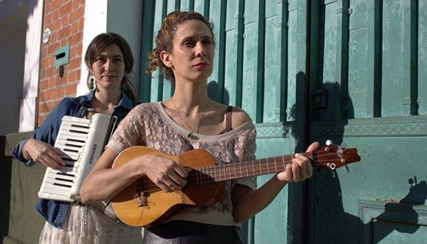 Marianela Cuzzani y Laura Ledesma son «Vecina».