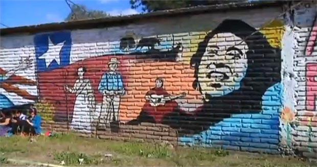 Detalle del mural pintado este fin de semana por cientos de voluntarios en los alrededores del cementerio de Santiago de Chile, donde Víctor Jara fue hallado sin vida días después del golpe de Pinochet.