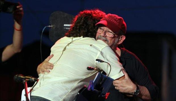 Silvio Rodríguez abraza al músico cubano Robertico Carcassés al que invitó a un concierto este 20 de septiembre de 2013, en La Habana (Cuba), luego de que Carcassés, protagonizara un polémico episodio por cantar frases críticas durante un concierto oficial celebrado la semana pasada en la capital cubana. © EFE