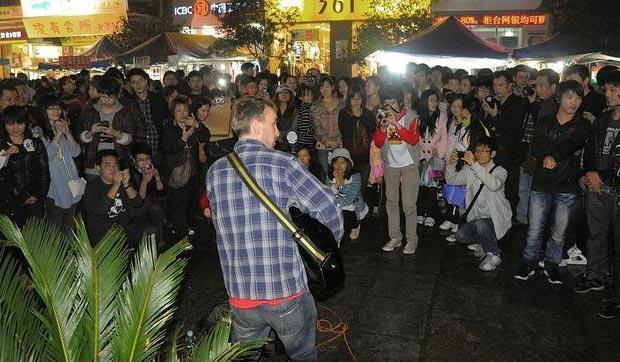 David García Lou, «Lou Dawei», cantando en una calle de China.