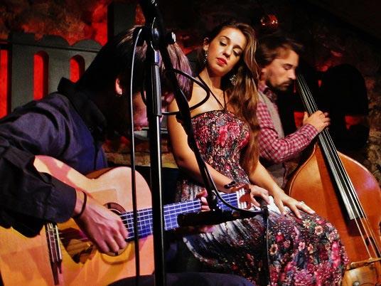 Gemma Humet escucha a Pau Figueres (guitarra) y Miquel Àngel Cordero (contrabajo) © Carles Gracia Escarp