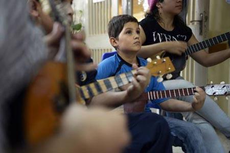Niños venezolanos alivian el cáncer con violines, cuatros, maracas y mandolinas © Juan Barreto