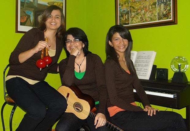 Teclas, cuerdas y capachos. De izquierda a derecha: Reina Montero, Liceth Hernández y Luisana Ortega.