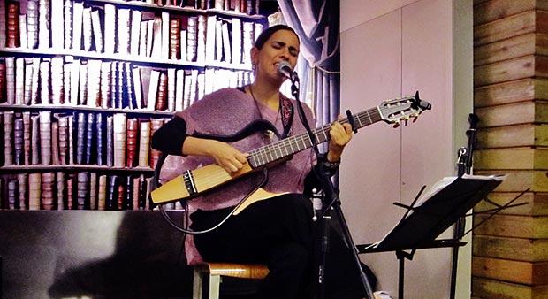 Marta Gómez en el segundo concierto del I Ciclo de conciertos «Música entre libros». © Carles Gracia Escarp