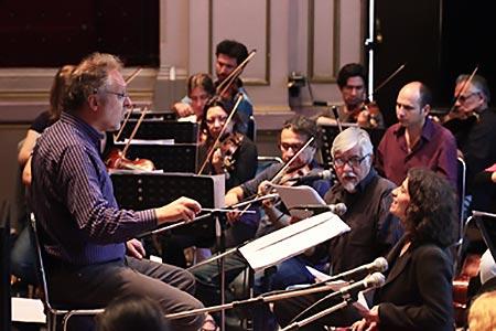 Nicolas Rauss, Jorge Coulón y Evelyn Cornejo con la Orquesta Clásica y Coro de la Universidad de Santiago de Chile en un ensayo de «Víctor Jara Sinfónico».