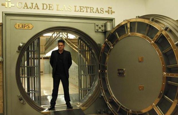 El cantante, compositor y escritor Santiago Auserón, también conocido como Juan Perro, fundador de Radio Futura, antes de participar en los «Encuentros en el Cervantes» esta tarde en el Instituto Cervantes. © EFE