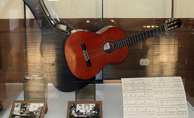 La exhibición muestra artículos como la guitarra de Chabuca Granda. © ANDINA
