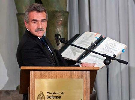 El ministro de defensa argentino Agustín Rossi mostrando una de las actas. © AFP