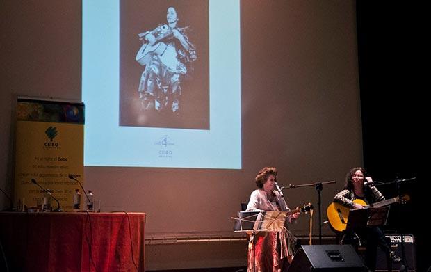Isabel y Tita Parra cantan en la presentación del libro «Cantos folklóricos chilenos» de Violeta Parra. © CEIBO