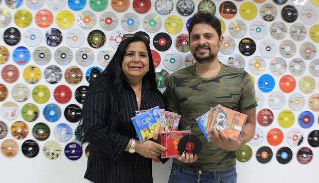 Sol Musset y Servando Primera, viuda e hijo respectivamente del trovador venezolano Alí Primera, muestran los discos reeditados del «cantor del pueblo».