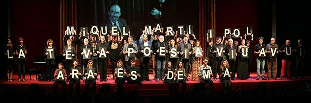 Actores, músicos y periodistas se despidieron mostrando las letras que formaban la frase «Miquel Martí Pol, tu poesía vive hoy, ahora es mañana». © Xavier Pintanel
