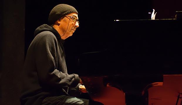 Lluís Llach participó en el acto acompañando al piano a la actriz Silvia Bel. © Xavier Pintanel