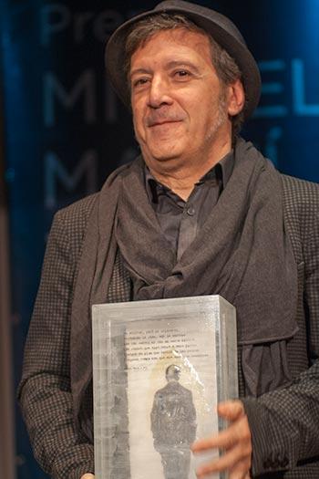 Un satisfecho Toni Xuclà sostiene la escultura de Josep Bofill. © Xavier Pintanel
