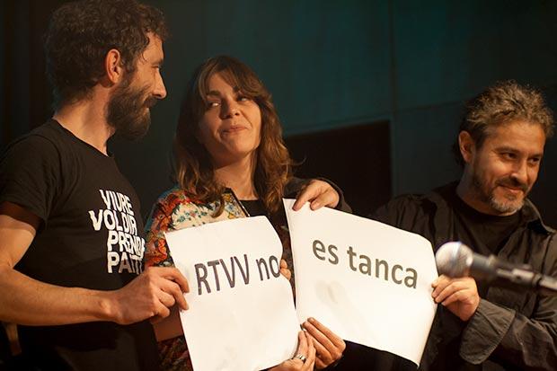 También hubo lugar para la reivindicación: Los valencianos Borja Penalba, Clara Andrés y Tomàs de los Santos sostienen un cartel contra el cierre de la Radio Televisión Valenciana. © Xavier Pintanel