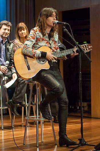 La valenciana Clara Andrés interpreta la musicación del poema de Josep Pedrals «Personatges», ganadora del I Certamen Terra i Cultura Miquel Martí i Pol. © Xavier Pintanel