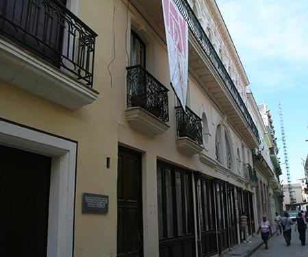 El emblemático edificio del Centro Cultural Pablo de la Torriente Brau situado en la calle Murallas de La Habana vieja. © Xavier Pintanel