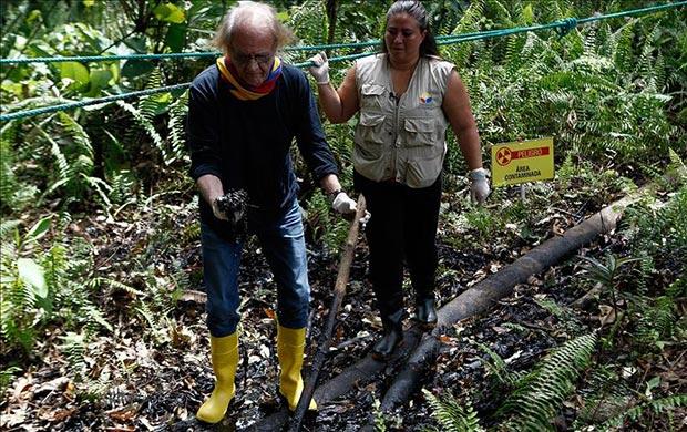 Luis Eduardo Aute visita el pozo Aguarico 4 en la Amazonía ecuatoriana.