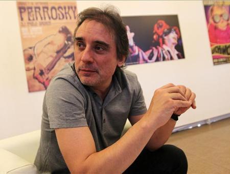 El crítico musical Santi Carrillo habla durante una entrevista con Efe el 22 de noviembre de 2013, durante la Feria Internacional de la Música Pulsar, en Santiago (Chile). © EFE