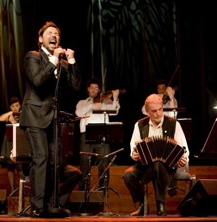 Miguel Poveda y Rodolfo Mederos en un concierto de su gira con Diálogos por Noruega en 2009