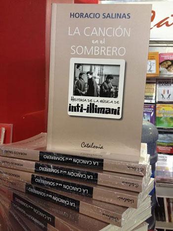 Ejemplares del libro «La canción en el sombrero» de Horacio Salinas.