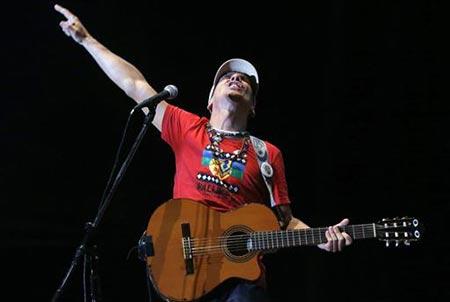 El artista franco-español Manu Chao durante su concierto en Santiago de Chile. © EFE
