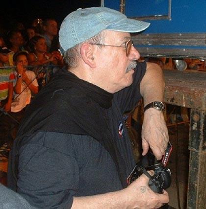 Silvio Rodríguez escucha a los Muñequitos de Matanzas que lo acompañaron en sus dos últimos conciertos. © Cubadebate