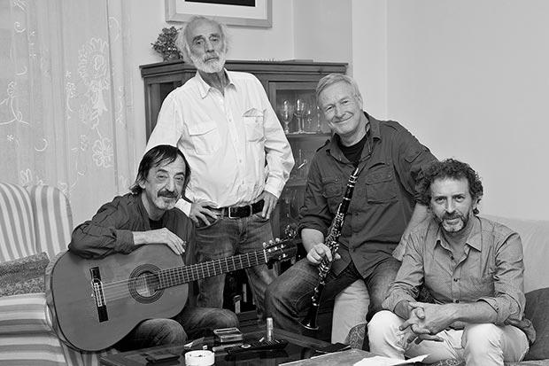 De izquierda a derecha: Javier López de Guereña (Guitarras española, acústica, eléctrica y coros), Javier Krahe, Andreas Prittwitz (Saxos, clarinete, flauta dulce y coros) y Fernando Anguita (Contrabajo y coros).