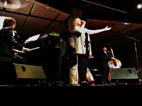 Marina Rossell en La Pedrera, con Xavi Lloses y Miquel Àngel Cordero © Carles Gracia Escarp