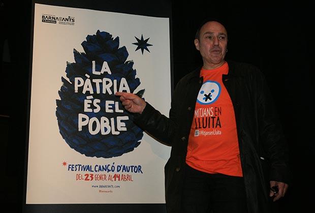 Pere Camps, director del Festival BarnaSants, mostrando el cartel de la decimonovena edicion del festival. © Juan Miguel Morales