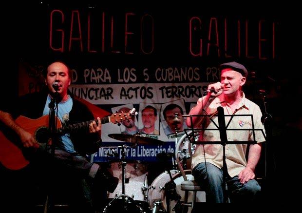 Germán Coppini acompañado a la guitarra por Armando Martínez durante su actuación en la Sala Galileo de Madrid. © Juan Miguel Morales